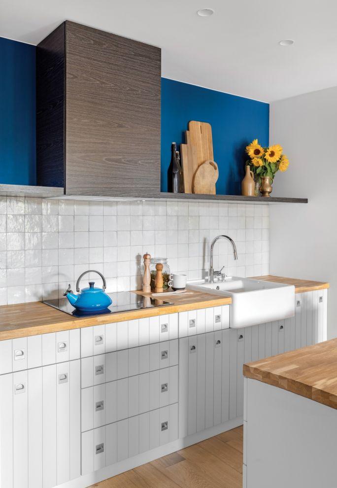 niebieska ściana w białej kuchni