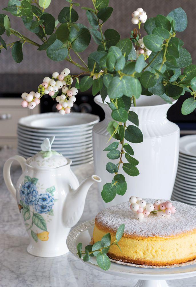 Porcelana z niebieskimi wzorami pięknie prezentuje się zarówno w witrynie (zdjęcie obok), jak i na marmurowym blacie kuchennej wyspy.