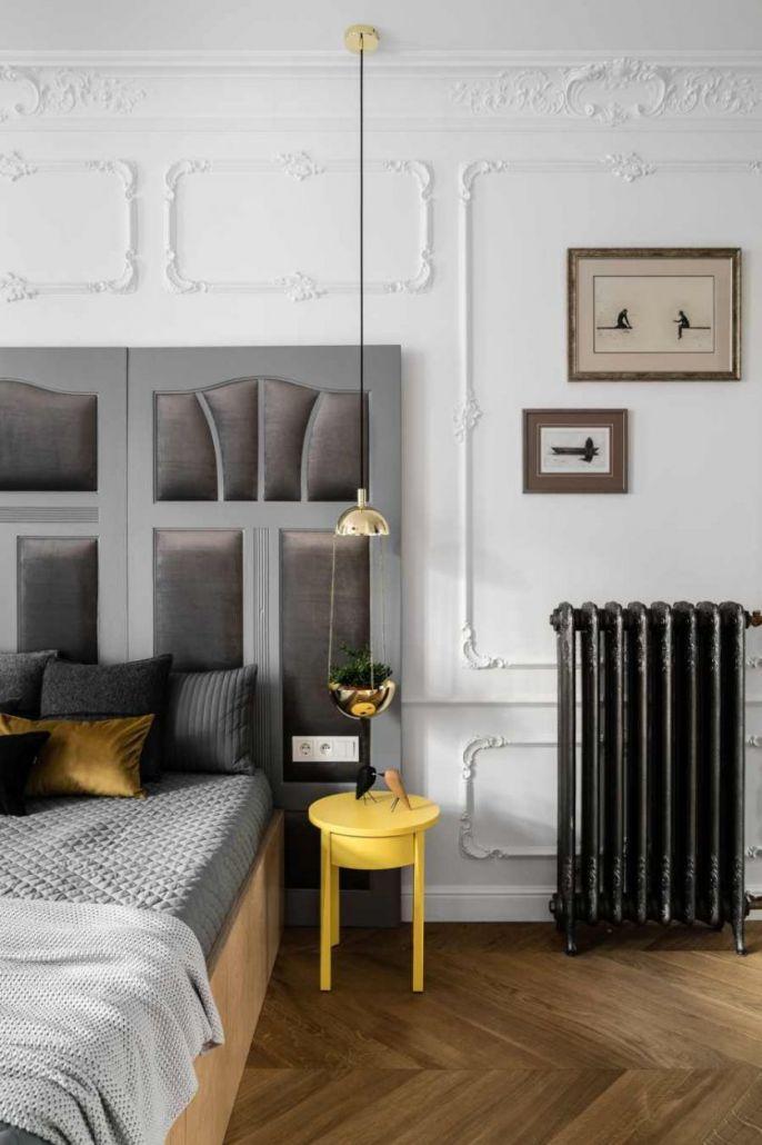 Stylowy grafit wyróżnia się na białym tle z ozdobną sztukaterią. Do tego kolorystyczny akcent w kontrastującym kolorze.