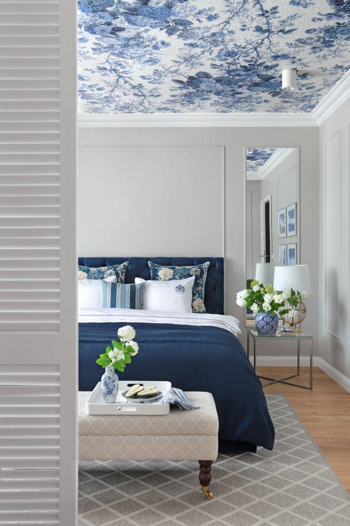 W tym wnętrzu głównym bohaterem jest błękit. Pruski zdobi tkaniny, a klasyczny ukwieca malowniczą tapetę na suficie.