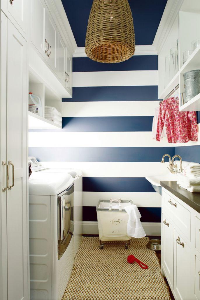 łazienka w stylu marynistycznym granatowa ściana w białe pasy