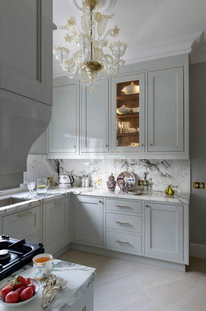 Modne, złote i miedziane akcenty wprowadzą kontrast do kuchennych szarości.