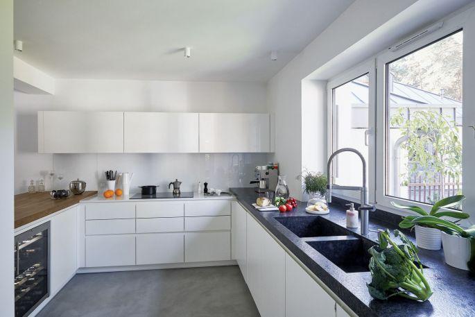Nowoczesna kuchnia to pomysł i projekt właścicielki domu, Mai. Całość jest przestronna, wygodna i czysta w formie.