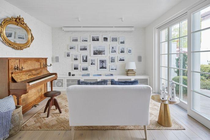 ściana z białej cegły w salonie