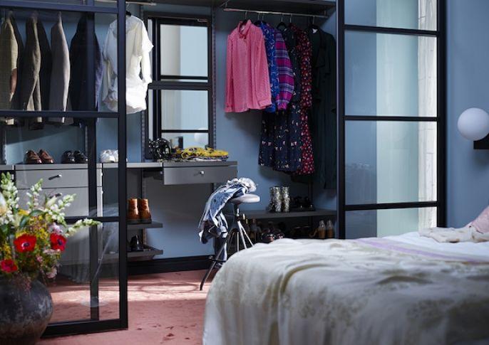 mała garderoba w sypialni