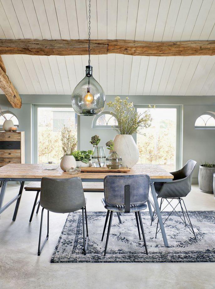 W eklektycznie urządzonej jadalni mogą stanąć przy stole krzesła w różnych stylach