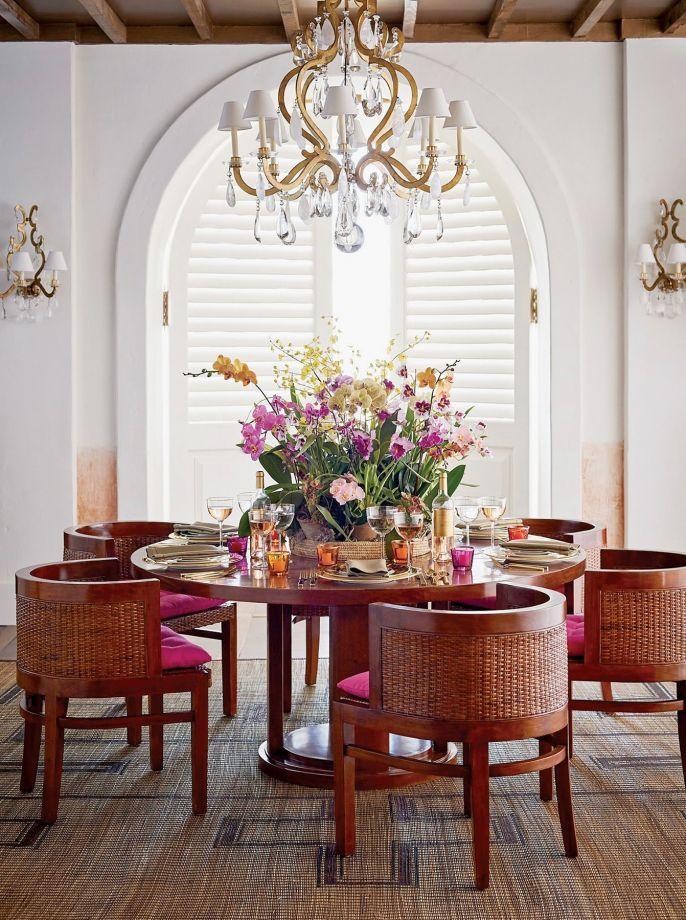 Krzesła z oparciami z plecionego rattanu idealnie pasują do eleganckiego stołu; aranżacja marki RALPH LAUREN HOME, archidzielo.pl
