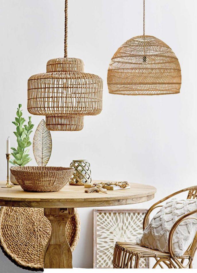 Rattanowy fotel i kosze z kolekcji marki BLOOMINGVILLE; lampa, casa-carina.com.pl