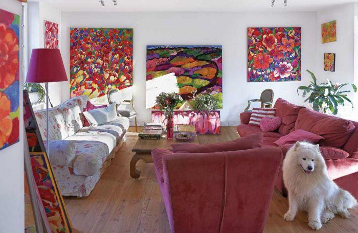 W salonie jest niewiele mebli oraz dekoracji. To obrazy urządziły pokój.