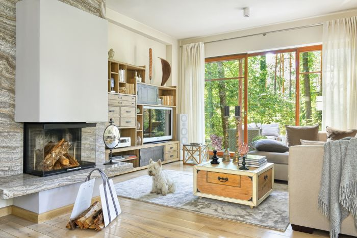 dom w lesie stylowe wnętrze salon kominek