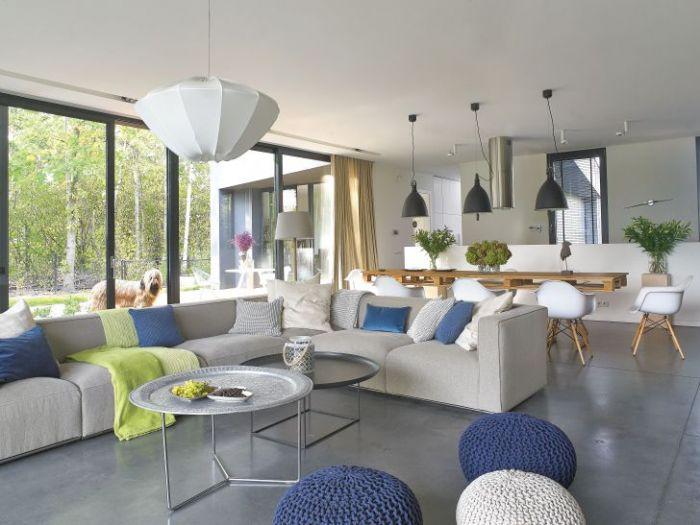 Najważniejszy mebel w salonie: duża kanapa. Jeśli ułożysz na niej kolorowe poduszki, zrobi się przytulnilej.