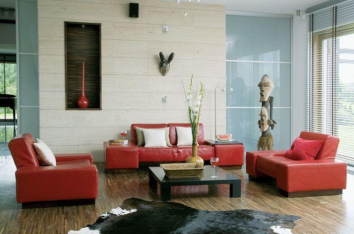 Czerwoną sofę i fotele gospodarze kupili w firmie Mebel Plast. We wnęce stanął wazon z Bo Concept - dobrany