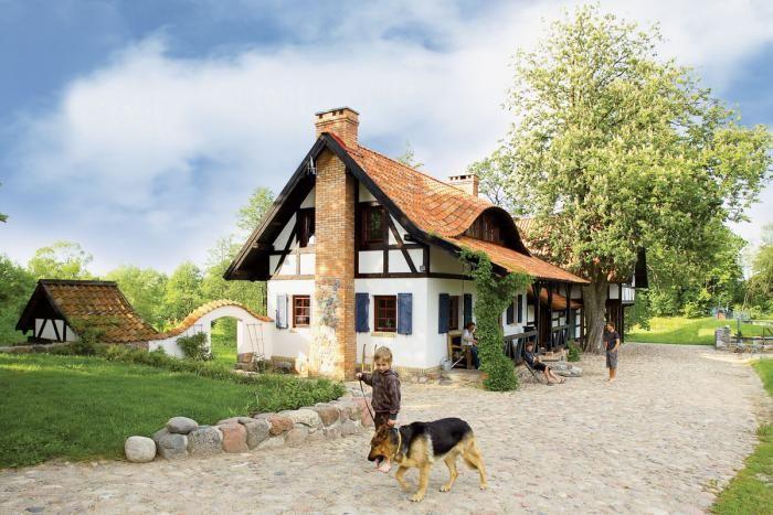 Część podwórza wyłożona jest brukiem, jak w tradycyjnych zabudowaniach rzemieślniczych Prus Wschodnich.