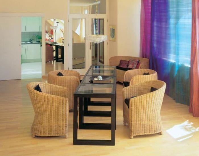 Główną ozdobą salonu są kolorowe zasłony z surowego jedwabiu.