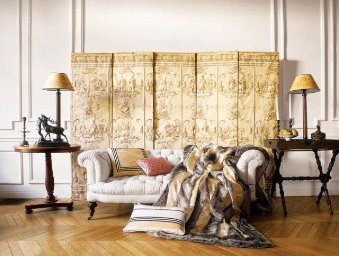 Głównym bohaterem tego salonu jest stary parawan obity tkaniną z historycznym wzorem. EAST NEWS