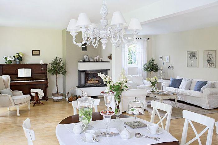 Gospodyni zbiera białą porcelanę - szuka jej w antykwariatach, przywozi z podróży. Sporo wypatrzyła w Galerii Savoya Home w