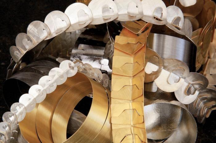 Jaworscy łączą elementy wycięte ze srebrnej czy złotej blachy w łańcuchy, bransolety i naszyjniki.