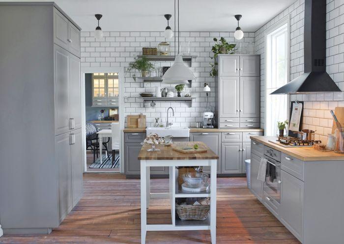 Klasyczna skandynawska kuchnia z ceramicznym zlewem i baterią Elverdam za 299 zł. Pasuje do niej