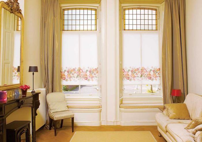 Klasyka w pełnej krasie: wysokie okna z witrażowymi szybami i szerokimi parapetami, na których można