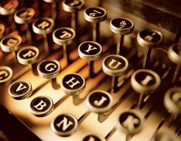 Klawiatura fot. MEDIUM. Historia maszyny do pisania