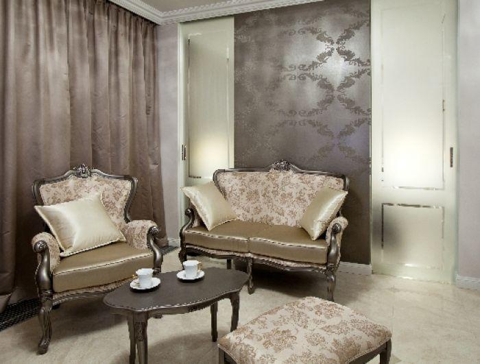 Kolorystyka ścian i mebli została utrzymana w jasnych odcieniach.