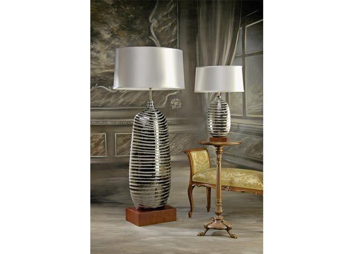Lampy nie tylko świecą, mogą być także ozdobą. Tutaj uwagę zwraca efektowna perłowo-srebrna podstawa. Lampa