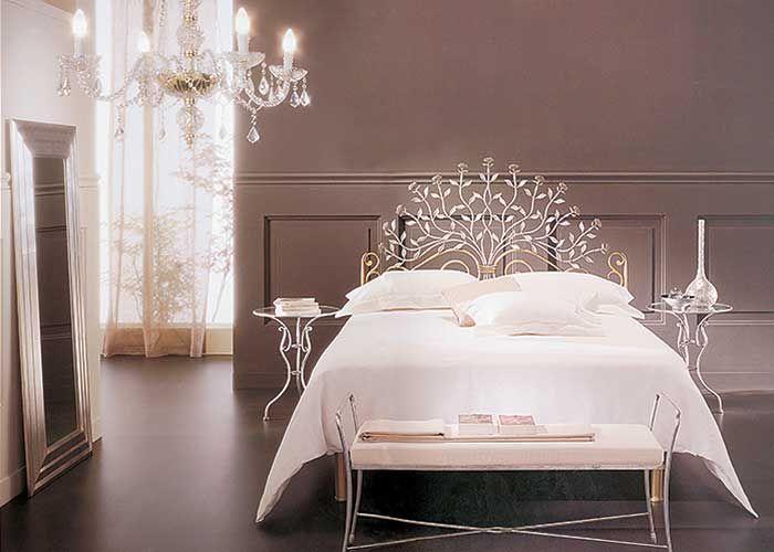 Łóżko w kolorze złotym lub srebrnym - 7650 zł. Ława - 1700 zł. Stolik nocny (średnica 49 cm, wysokość