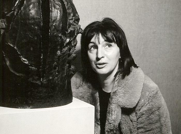 Maria Papa obok rzeźby z brązu Wojownik , 1964 r.