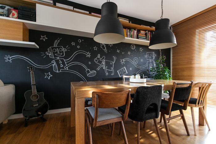 Mieszkanie urządzone jest nowocześnie, ale dzięki drewnianym elementom nabrało ciepła i przytulności.