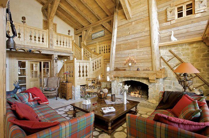 Miodowy odcień drewna, grube pledy i poduszki, abażury w słonecznych kolorach, skórzany fotel - ma być przytulnie i jasno.