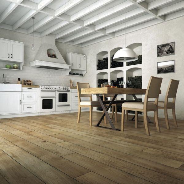 Noszące ślady użytkowania drewno na podłogach to obecnie jeden z najważniejszych trendów w aranżacji wnętrz.