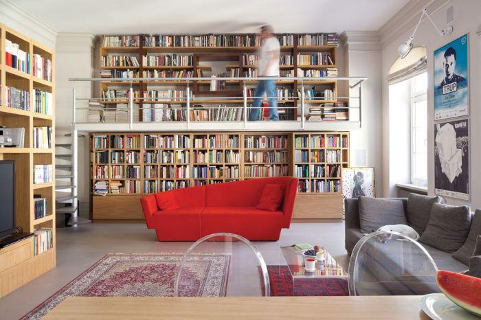 Mieszkanie w kamienicy urządzone przez książki. Pomysłowa i praktyczna antresola z książkami.