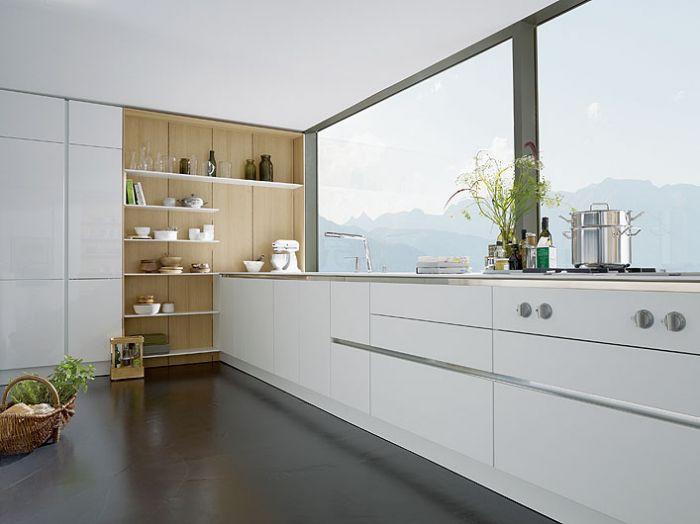 Prosta, nowoczesna i biała kuchnia. Panele, półki i uchwyty do dowolnej aranżacji. Wykończenie może być