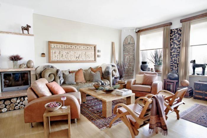 Przestronny salon zdobią etniczne dekoracje.
