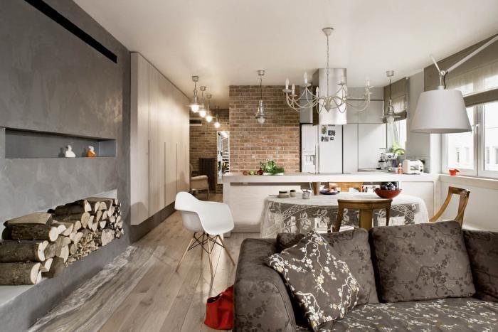 Przy jednym stole: stylowe krzesła z Rad- Polu i fotel Eames Plastic Armchair projektu Eamesów.
