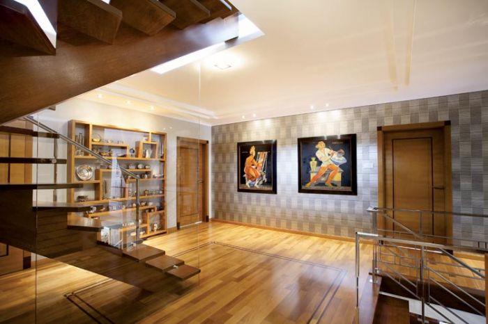 Regał w holu zaprojektowano, oczywiście, na wzór mebli z lat trzydziestych ubiegłego wieku.