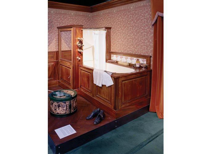 Retro łazienka. Antykwariat, łazienkowe akcesoria, miednica, bibeloty
