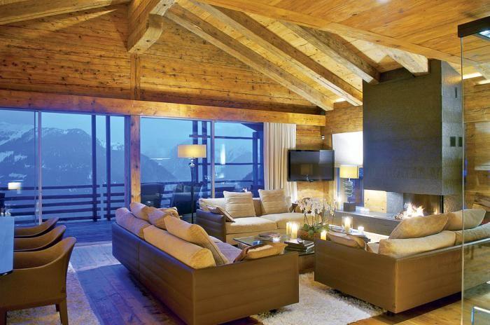 Salon w drewnie. Dom z drewna i szkła