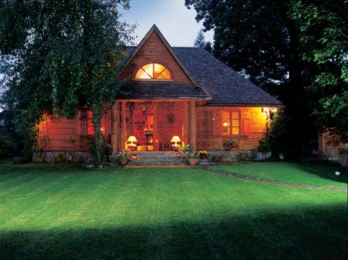 Starą drewnianą chatę kupili już rozebraną. Obejrzeć dom mogli dopiero po ponownym złżeniu.