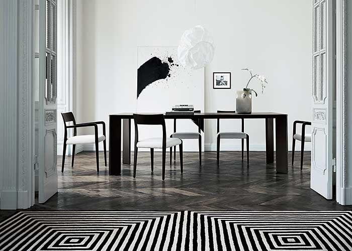 Stół Astrid z 2005 roku zaprojektowany dla firmy Flexform.