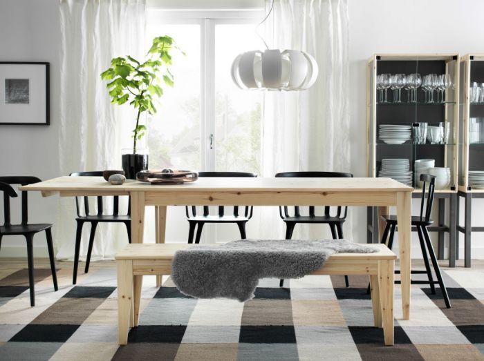 Stół rodzinny z solidnego drewna w naturalnym kolorze. Odpowiednio dobrane dodatki będą zmienić styl i
