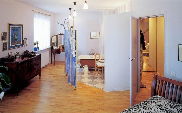 Łazienka pośrodku sypialni