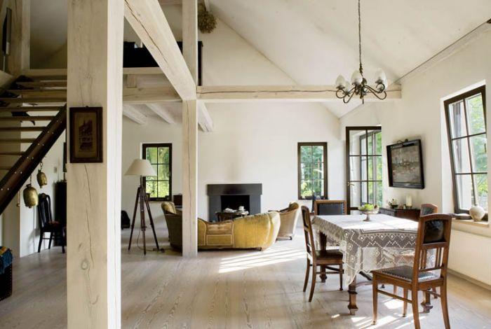 Światło, przestrzeń i drewno w roli głównej. Do tego ręcznie lepiona cegła i parę mebli.
