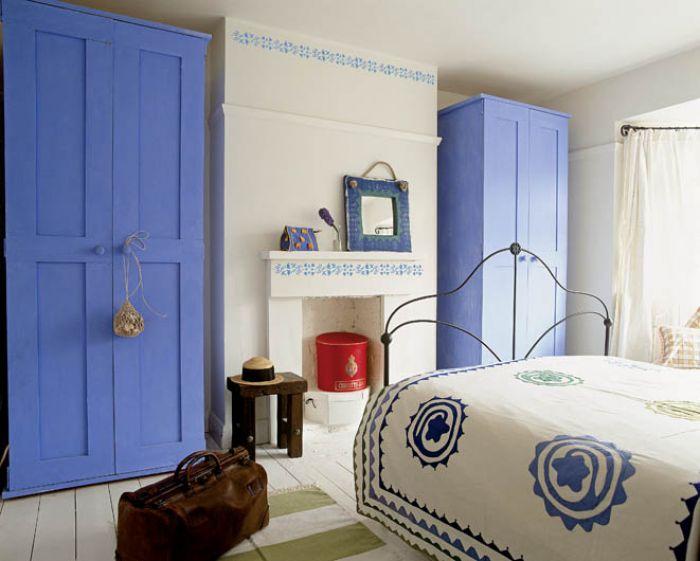 Tradycyjny portugalski motyw jak z płytek azulejos - niebieski na białym tle.