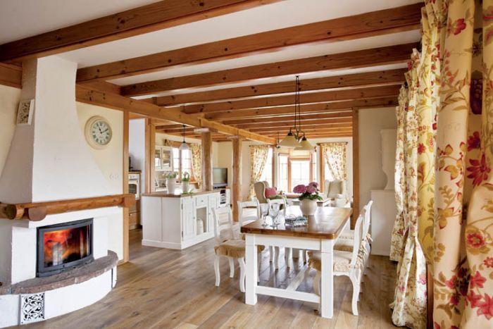 W domu króluje drewno w naturalnym kolorze i biel. Do tego jasne wzorzyste tkaniny.