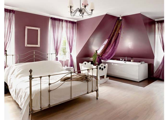 W sypialni obok łóżka gospodarze zamontowali wannę.