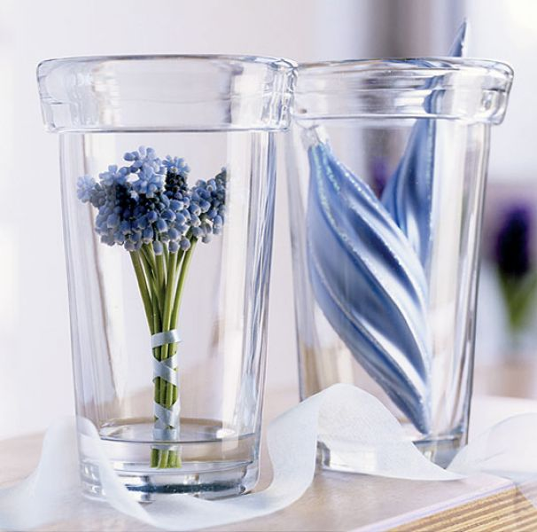 Wazony na wiosenny stole. Szklane dekoracje do domu.