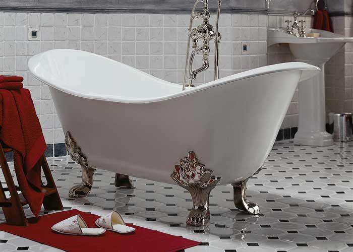 Wolno stojąca wanna Imperiale oparta na żeliwnych nogach jest głównym bohaterem łazienki. Jej styl podkreśla