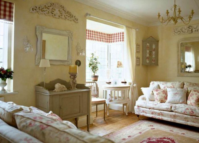 Wzorzyste obicia, drewniana podłoga i jasne ściany.
