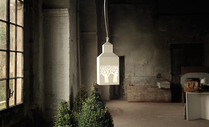 Zdjęcie: www.karmanitalia.it. Drzewo, domek, lampa